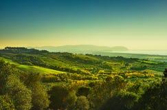 Maremma日落全景 乡下、海和厄尔巴岛天际的 S 免版税库存照片