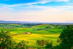 Maremma, сельский ландшафт захода солнца Ферма и зеленый цвет сельской местности старая Стоковое Изображение