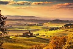 Maremma, ländliche Sonnenunterganglandschaft Alter Bauernhof und Grün der Landschaft stockfotos