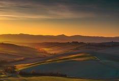 Maremma lantligt solnedgånglandskap fields ängar Tuscany det royaltyfri fotografi