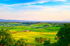 Maremma, paysage rural de coucher du soleil Vieille ferme et vert de campagne Image stock