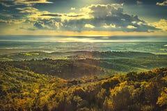 Maremma-Sonnenuntergangpanorama Landschaft, Hügel und Meer auf Horizont lizenzfreie stockfotos