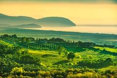 Maremma-Sonnenuntergangpanorama Landschaft, Meer und Elba auf Horizont S stockbilder