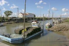 Marennes Frankreich 12-13-2018 Traditioneller Hafen für Auster farminTraditional Hafen für die Austernlandwirtschaft von Marennes lizenzfreie stockfotos