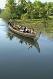 Mares accueillant des hommes de touristes dans le bateau de pays Photographie stock libre de droits