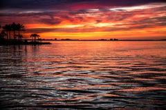 Mares coloridos de la puesta del sol tropical de las palmeras Fotos de archivo libres de regalías