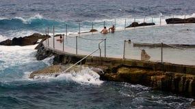 Mares pesados en la piscina de la playa de Bronte, Sydney, Australia fotos de archivo