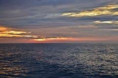 Mares reflexivos abaixo do nascer do sol Imagem de Stock