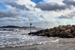 Mares tempestuosos en Lyme Regis imagenes de archivo