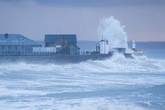 Mares tempestuosos en Porthcawl, el Sur de Gales, Reino Unido foto de archivo libre de regalías