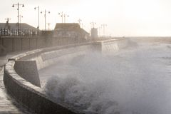 Mares tormentosos em Porthcawl, Gales do Sul, Reino Unido foto de stock royalty free