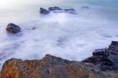 Mares y rocas lechosos de la madrugada en España Imagen de archivo