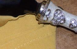 Marfil con el cuchillo de la torta de los corazones Fotografía de archivo