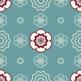 Marfim e profundamente - flores vermelhas em um fundo Esverdeado-azul claro Imagem de Stock