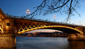 Margaret bro i Budapest, Ungern på skymning Fotografering för Bildbyråer