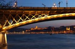 Margaret bro i Budapest, Ungern på skymning Royaltyfri Fotografi