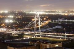 Margaret Hunt Bridge in Dallas bij nacht stock afbeelding