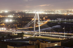 Margaret Hunt Bridge em Dallas na noite imagem de stock