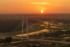 Margaret Hunt Hill Bridge bij Zonsondergang, Dallas City, Texas royalty-vrije stock foto's