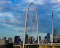 Margaret Hunt Hill Bridge con el horizonte de Dallas, Tejas en la parte posterior foto de archivo libre de regalías