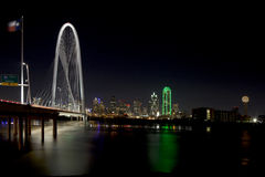 Margaret Hunt Hill Bridge en Dallas céntrica, Tejas foto de archivo