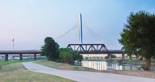 Margaret Hunt Hill Bridge en el subconjunto en Dallas, Tejas fotografía de archivo