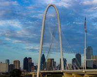 Margaret Hunt Hill Bridge med Dallas, Texas horisont i baksidan royaltyfri foto