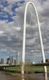 Margaret Hunt Hill Bridge och Dallas horisont Fotografering för Bildbyråer