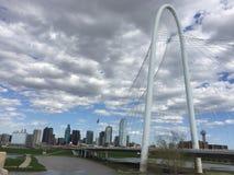 Margaret Hunt Hill Bridge och Dallas horisont Arkivfoto