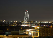 Margaret Hunt Hill Bridge på natten Royaltyfri Bild