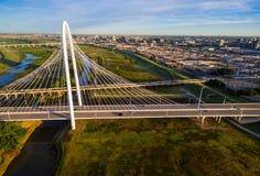 Margaret Hunt Hill Bridge Sunrise Dallas Texas Transportation au-dessus de couvre-câbles photographie stock libre de droits