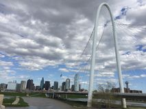 Margaret Hunt Hill Bridge- und Dallas-Skyline Stockfoto