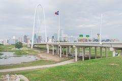 Margaret Hunt Hill-brug en Dallas Skylines Van de binnenstad van van royalty-vrije stock fotografie