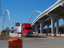 Margaret McDermott Bridge bij Riverfront-Uitgang van I-30 Stock Afbeelding