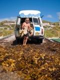Margaret River, Australie occidentale, 06/10/2013, vague déferlante de Margaret River, homme rassemblant l'algue dans un rétro fo Photographie stock libre de droits