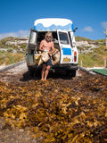 Margaret River, West-Australien, 06/10/2013, Margaret River-Strandgutsammler, Mann, der Meerespflanze in einen Retro- Packwagen s Lizenzfreie Stockfotografie