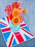 Margaridas na bandeira de Union Jack foto de stock royalty free