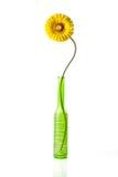 Margarita amarilla artificial en florero Foto de archivo libre de regalías