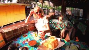 Margarita bevente al ristorante del pueblo di EL video d archivio