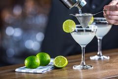 margarita Boisson alcoolique de cocktail de Margatita sur le barcounter dans p image stock