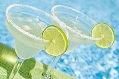 Margarita-Cocktail durch das Pool Stockfotografie