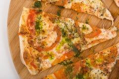 Margarita cortado da pizza em de madeira Imagem de Stock
