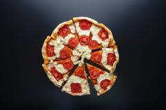 Margarita coupée en tranches de pizza sur le fond foncé en métal Vue supérieure Photo libre de droits