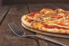 Margarita délicieuse de pizza avec du mozzarella sur la table en bois foncée images libres de droits