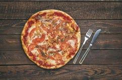 Margarita délicieuse de pizza avec du mozzarella sur la table en bois foncée photographie stock libre de droits