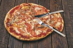 Margarita délicieuse de pizza avec du mozzarella sur la table en bois foncée photos libres de droits