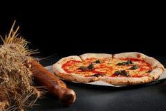 Margarita da pizza em um fundo escuro Conceito da pizza do vegetariano imagens de stock royalty free