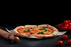 Margarita da pizza em um fundo escuro Conceito da pizza do vegetariano foto de stock