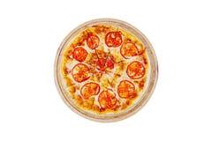 Margarita da pizza em um suporte de madeira com as fatias do tomate isoladas em um fundo branco Vista superior Fotos de Stock Royalty Free