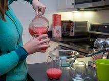 Margarita de versement de pamplemousse de femme en verres de vin pour des boissons de partie photo stock